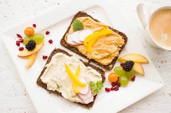 Gesundes Frühstück mit Vollkornprodukten, Obst und Gemüse zum natürlichen Abnehmen